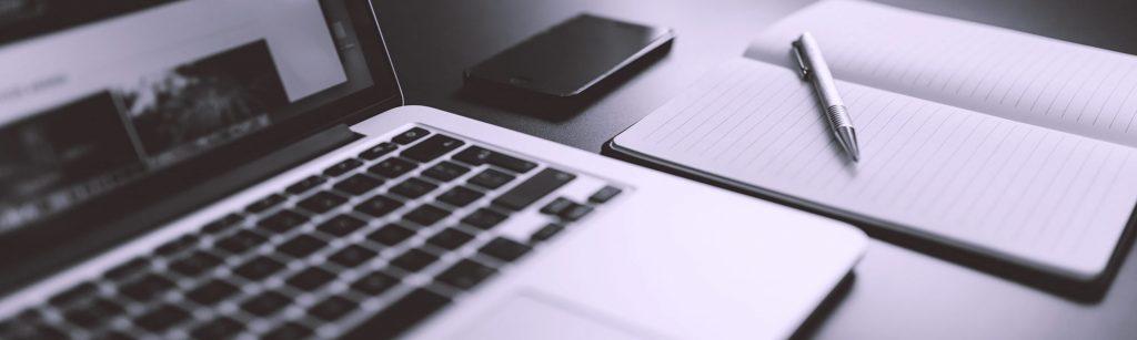 laptop, pen en boekje
